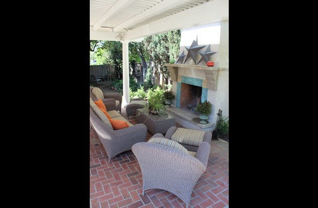 Covered outdoor livingroom with fireplace